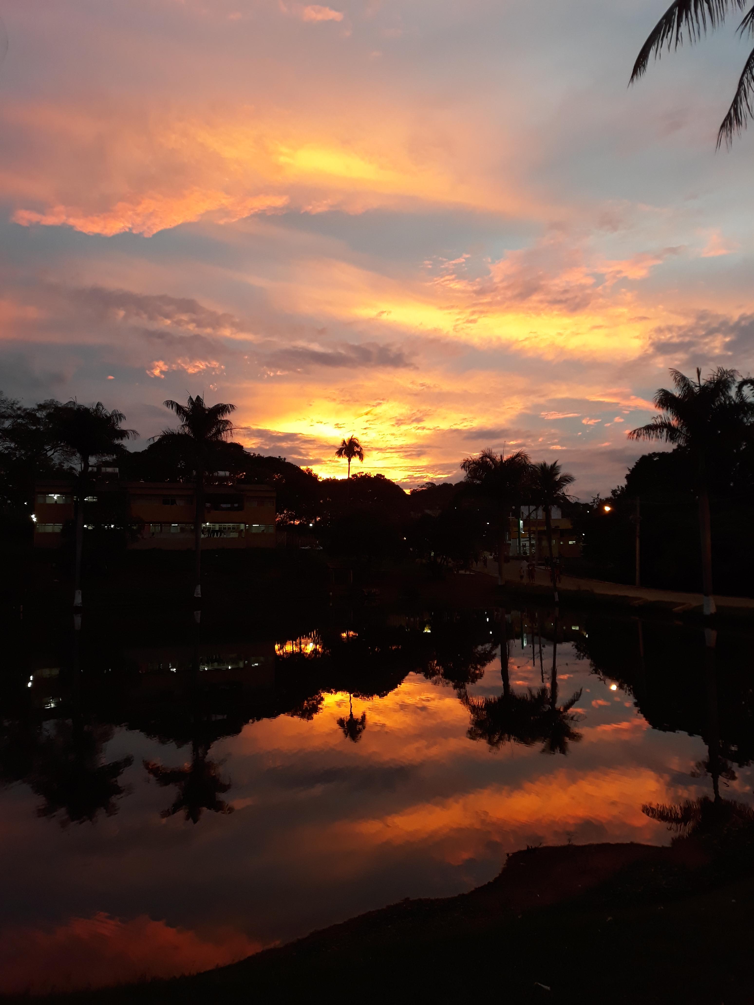 E quando chega o pôr do sol paramos para agradecer por mais um dia de vida